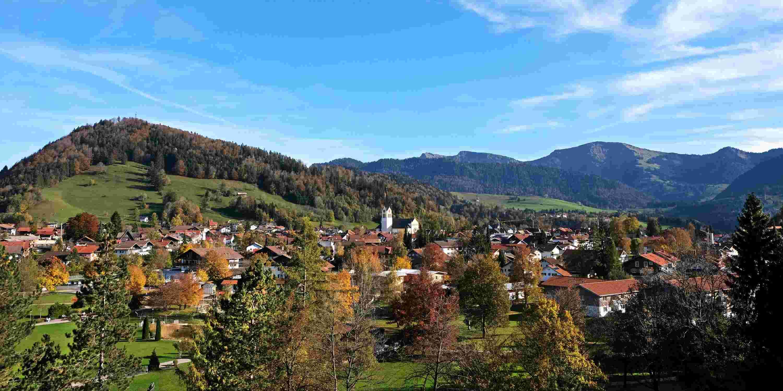 Blick auf Oberstaufen im Herbst mit Nagelfluhkette