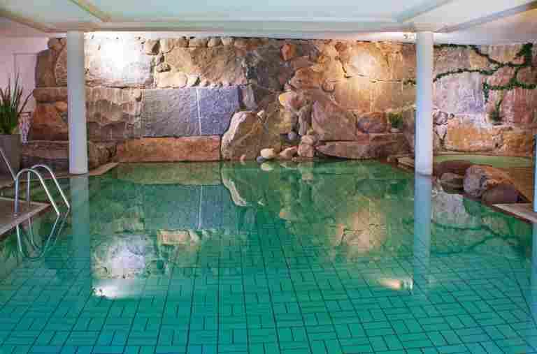 Pool im Hotel Bayerischer Hof in Oberstaufen