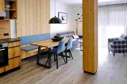 Küche, Esstisch und Sitzecke in der Ferienwohnung Gams im Bayerischen Hof und den Löwen Suites