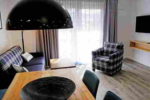 Esstisch und Sitzecke in der Ferienwohnung Gams im Bayerischen Hof und den Löwen Suites