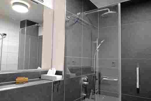 Dusche im großen Bad in der Ferienwohnung Gams im Bayerischen Hof und den Löwen Suites