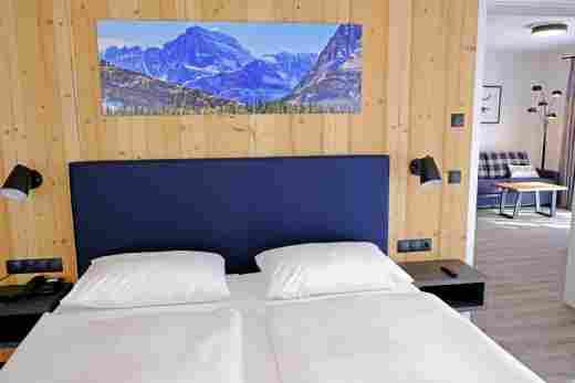 Großes Schlafzimmer mit Blick zum Wohnbereich in der Ferienwohnung Gams im Bayerischen Hof und den Löwen Suites
