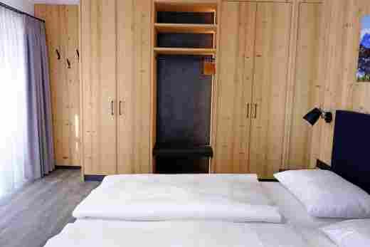 Großes Schlafzimmer mit Schrankwand in der Ferienwohnung Gams im Bayerischen Hof und den Löwen Suites
