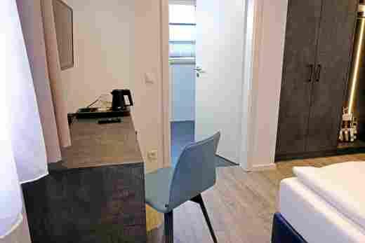 Zweites Schlafzimmer mit Schreibtisch in der Ferienwohnung Gams im Bayerischen Hof und den Löwen Suites