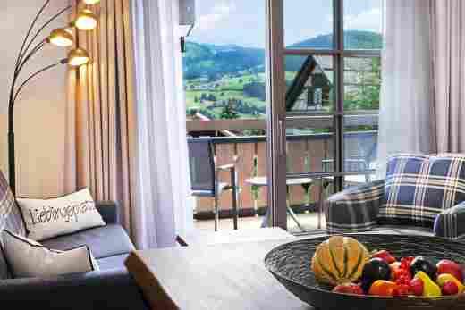 Wohnzimmer mit Ausblick in der Ferienwohnung Gams im Hotel Bayerischen Hof Oberstaufen