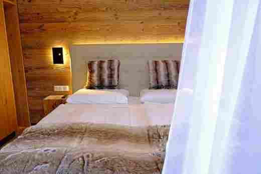 Boxspringbett im Schlafzimmer in der  Ferienwohnung Murmeltier II vom Bayerischen Hof Oberstaufen, Löwen Suites