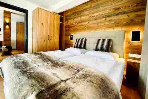 Schlafzimmer mit Blick zum Flur in der  Ferienwohnung Murmeltier II vom Bayerischen Hof Oberstaufen, Löwen Suites