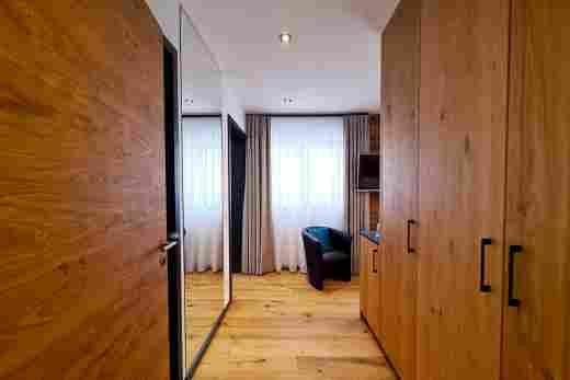 Flur mit Schrankwand am Doppelzimmer Murmeltier I, vom BAyerischen Hof Oberstaufen, Löwen Suites.