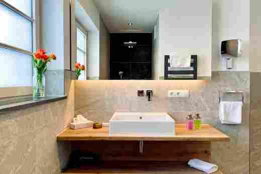 Waschbecken im Badezimmer vom Doppelzimmer Murmeltier im Bayerischen Hof in Oberstaufen, Löwen Suites.