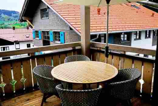 Balkon mit Sitzgarnitur im Penthouse Nr. 9, Ferienwohnung im Bayerischen Hof in Oberstaufen