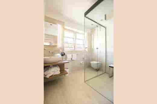 Badezimmer mit Dampfdusche im Penthouse Nr. 9, Ferienwohnung im Bayerischen Hof in Oberstaufen