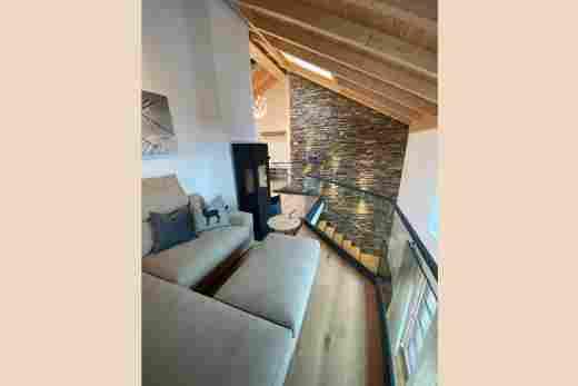 Sitzecke mit Treppe im Penthouse Nr. 9, Ferienwohnung im Bayerischen Hof in Oberstaufen