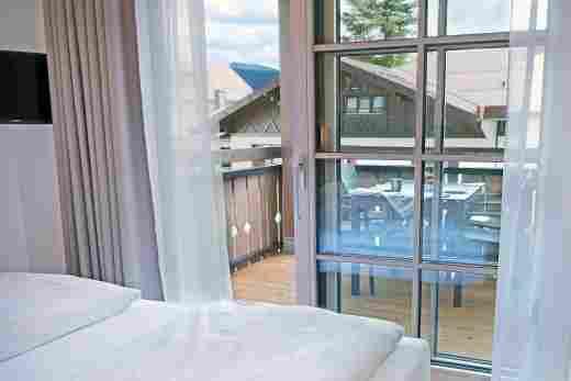 Schlafzimmer mit Balkon in der Ferienwohnung Steinbock im Bayerischen Hof