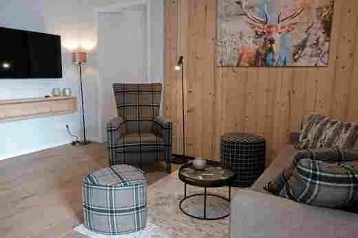 Löwen Suites im Bayersichen Hof Oberstaufen, Haus C, Wohnung 02, Sitzecke mit Fernseher