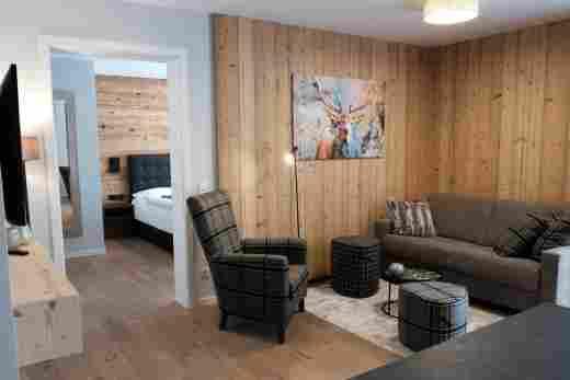 Löwen Suites im Bayersichen Hof Oberstaufen, Haus C, Wohnung 02, Sitzecke mit Schlafzimmer