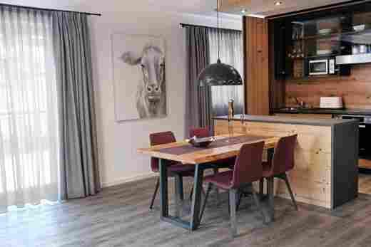 Wohnung C06, Löwen Suites im Bayerischen Hof in Oberstaufen, Küche mit Fenster