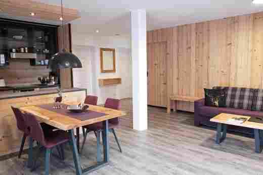 Wohnung C06, Löwen Suites im Bayerischen Hof in Oberstaufen, Küche und Sitzecke