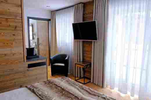 Doppelzimmer Murmeltier, Blick zum Bad, Löwen Suites
